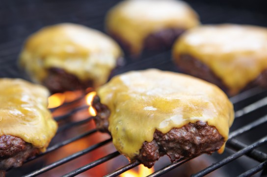 ws_grillmaster_howto_cheeseburger_125-544x362